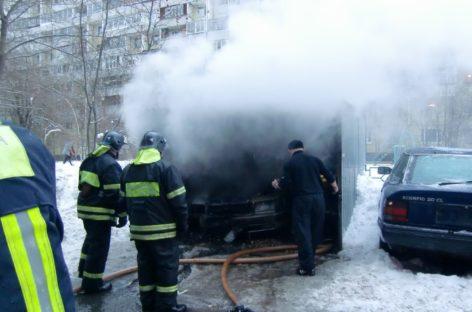 В Сальском районе загорелось авто под навесом