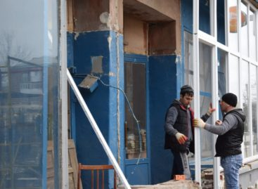 В Сальске обновляют стеклянный фасад центральной библиотеки