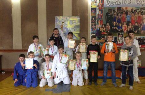 Дзюдоисты сальской спортивной школы привезли семь медалей из Семикаракорска