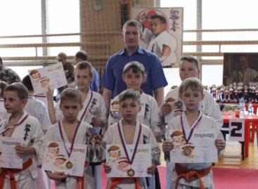 Сальские каратисты привезли из Новочеркасска десять наград