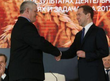 Дмитрий Медведев вручил орден Дружбы трактористу из Сальского района