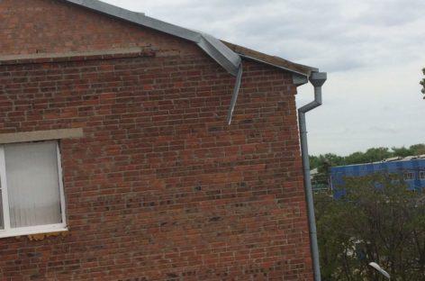 Оторвавшийся конек больше не угрожает жильцам пятиэтажки