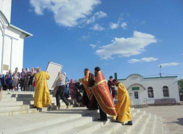В сальский храм прибыли христианские святыни