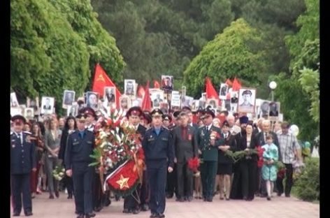 Сотни сальчан пришли к мемориалу Поклон в День Победы