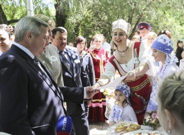 Сальская семья подарила донскому губернатору рецепт «Семейного счастья»