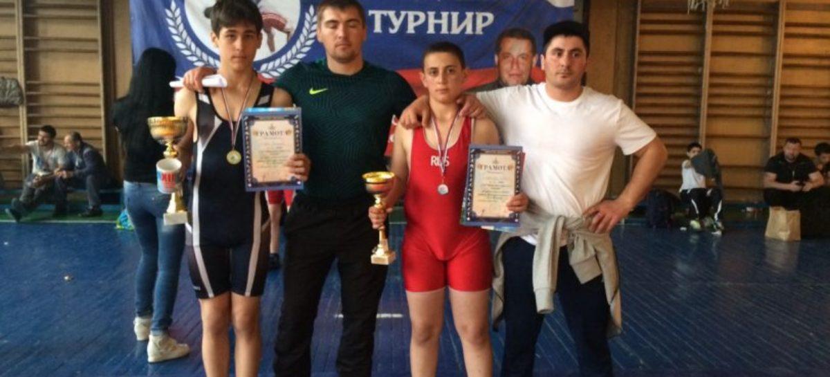 Гигантовские борцы взяли «золото» и «серебро» на крупном турнире