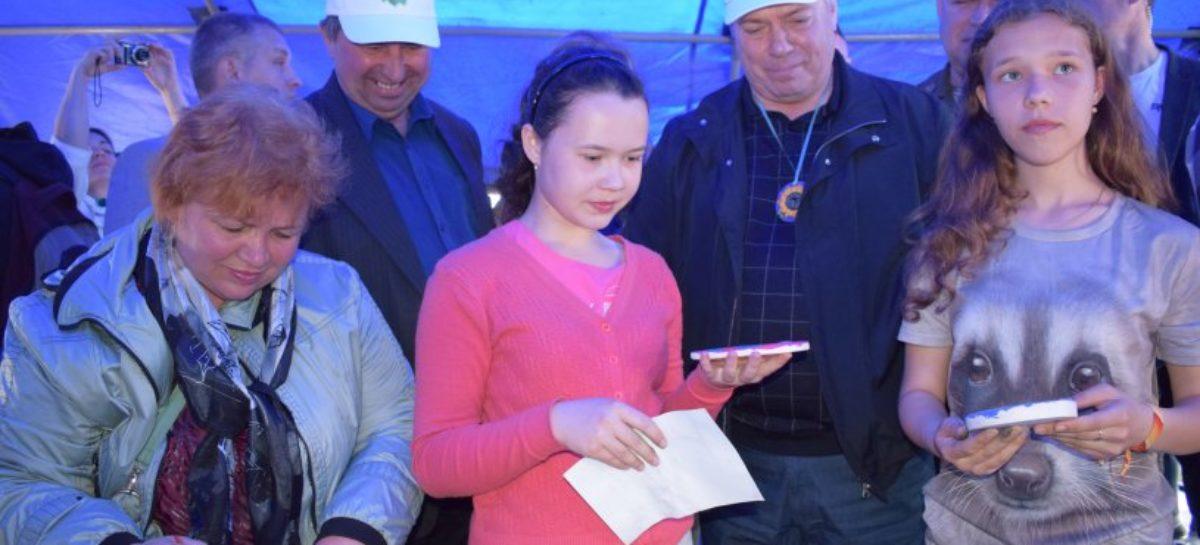Сальчане подарили губернатору Дона панно с тюльпанами