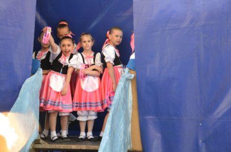 Песнями и танцами поздравили сальчан с Днём Победы творческие коллективы
