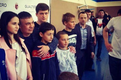 Боксёр Константин Цзю показал мастер-класс сальским спортсменам