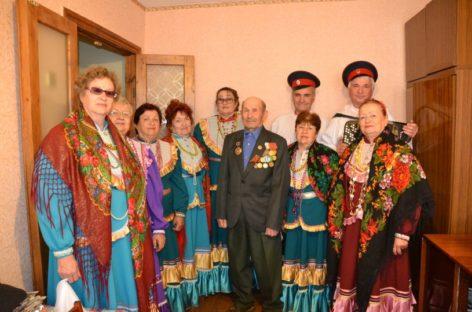 Песни для ветерана: в гостях у Василия Убейко побывал ансамбль «Сударушка»
