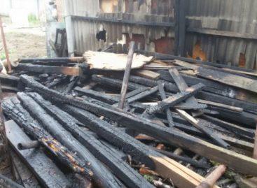 Во дворе частного дома в Сальске случился пожар