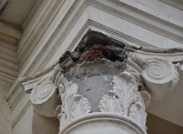 Кусок лепнины отвалился с фасада РДК