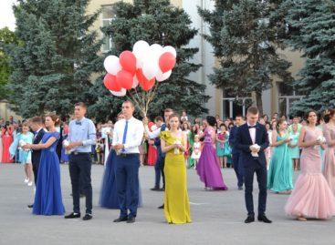 Более 150 выпускников станцуют на главной площади Сальска