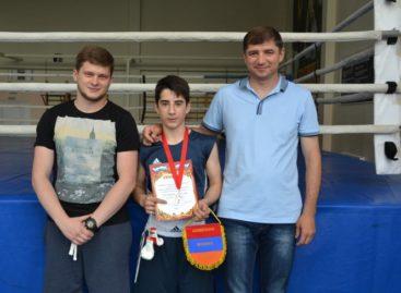 «Серебро» международной встречи взял сальский боксер