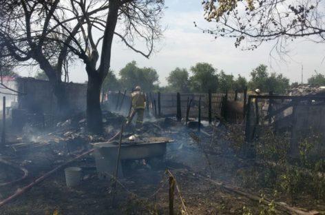 В Сальском районе загорелись хозпостройки