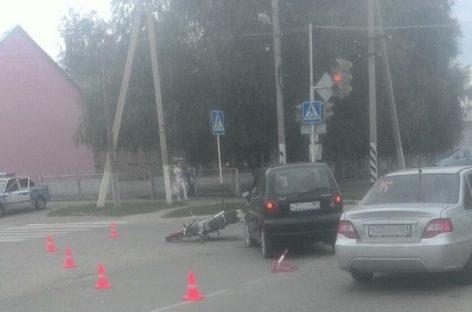 В Сальске «Daewoo Matiz» столкнулся со скутером на улице Коломийцева