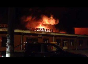 В Сальске ночной пожар охватил павильоны центрального рынка