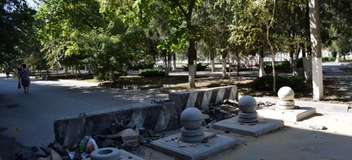 Бетонные шары расставили в центре Сальска