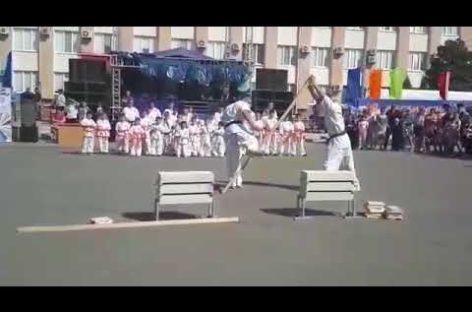 Красоту спорта продемонстрировали сальчанам каратисты киокусинкай