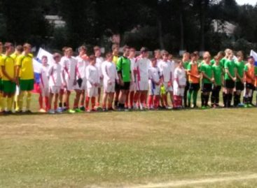 Сальские футбольные команды ДЮСШ и МБУ СШ сыграли на стадионе «Локомотив»