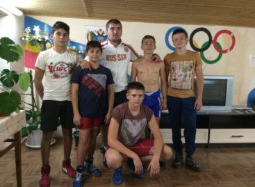 Гигантовские борцы едут на соревнования в Шахты