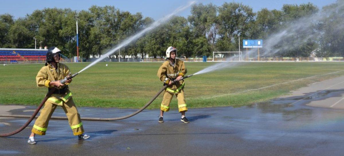 В Сальске дружины юных пожарных соревновались в эстафете и боевом развертывании