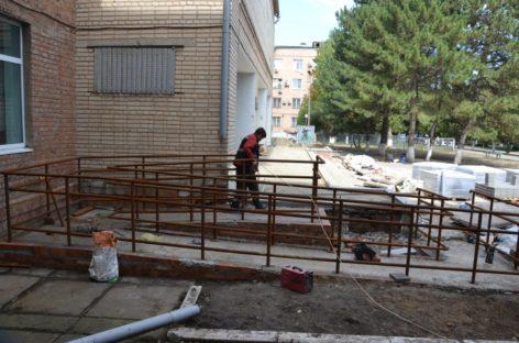 В Сальске отделение районной больницы и школу искусств адаптируют для посещения инвалидами