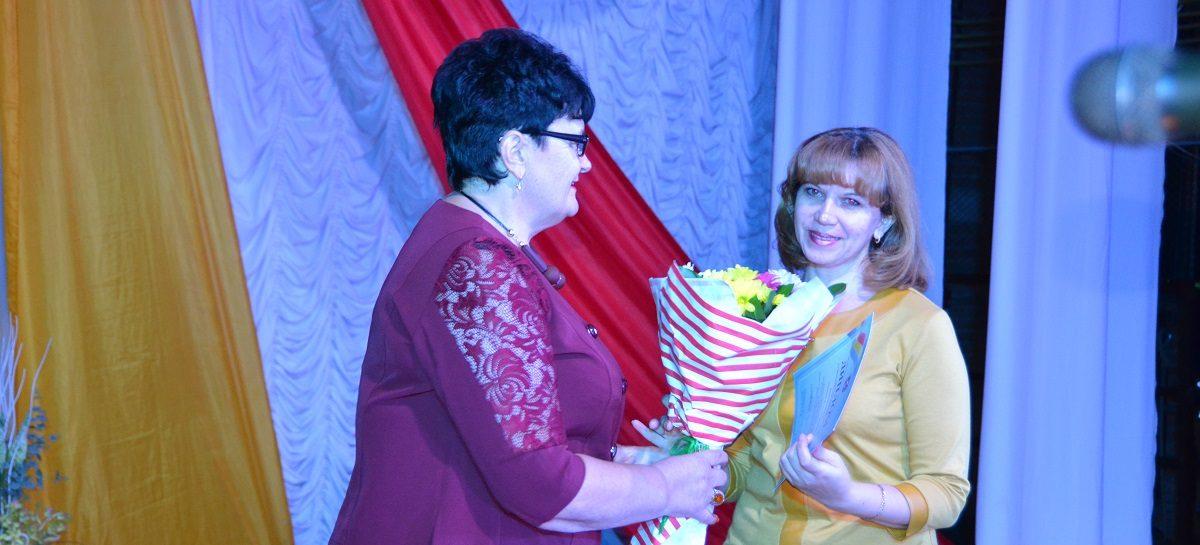 Сальских педагогов наградили за успехи в День учителя
