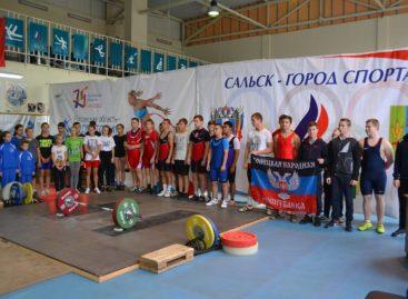 Сальские тяжелоатлеты завоевали 30 медалей областного первенства и городского турнира