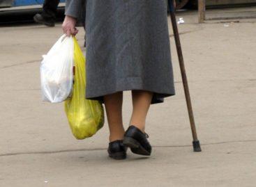 В Сальске сбили 81-летнюю женщину, переходившую дорогу в неположенном месте