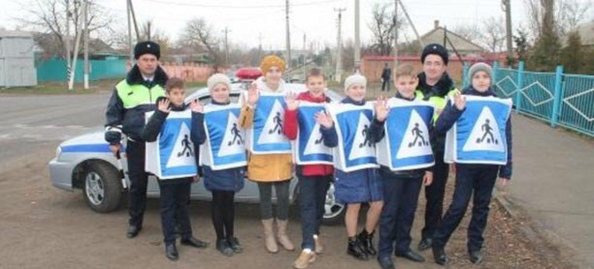 Сальские школьники напомнили взрослым о правилах дорожного движения