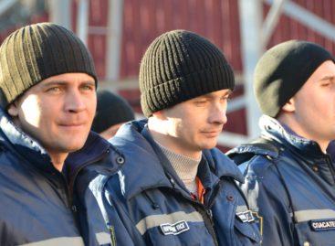 В Сальске спасателей поздравили с профессиональным праздником