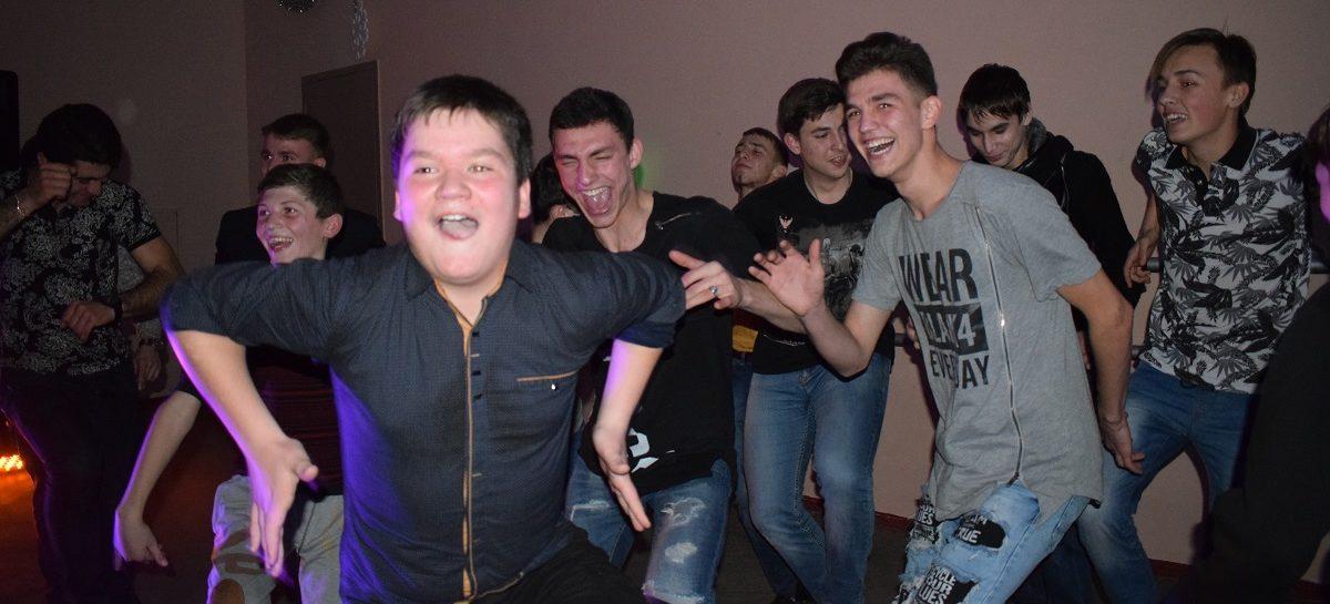 Всё сами: сальская молодежь организовала предновогоднюю дискотеку