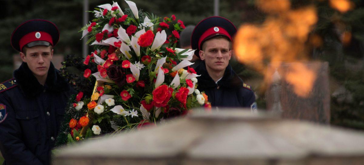 Сальчане возложили цветы к мемориалу «Поклон» в День неизвестного солдата