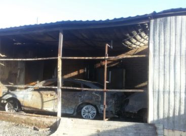 Два автомобиля и несколько хозпостроек сгорели в частном дворе в Сальске