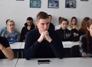 Молодые сальчане пообщались с православным и мусульманским священнослужителями за круглым столом