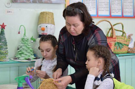 Педагог Сальской СЮТ Светлана Шустова и ученики умеют сплести дома уют