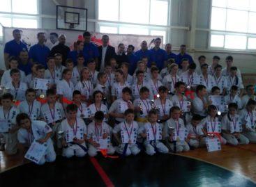 Каратисты из Ивановки и Нового Егорлыка привезли награды из Шахт