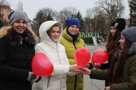 От сердца — к сердцу: сальская молодежь поздравила горожан