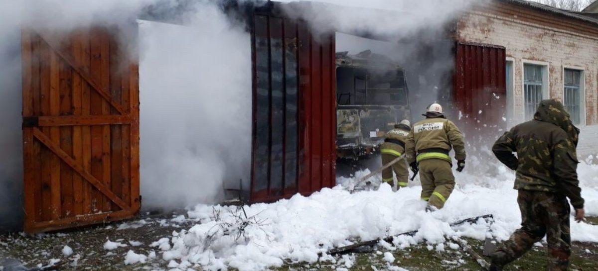 Гараж со школьным автобусом загорелся в Сальском районе