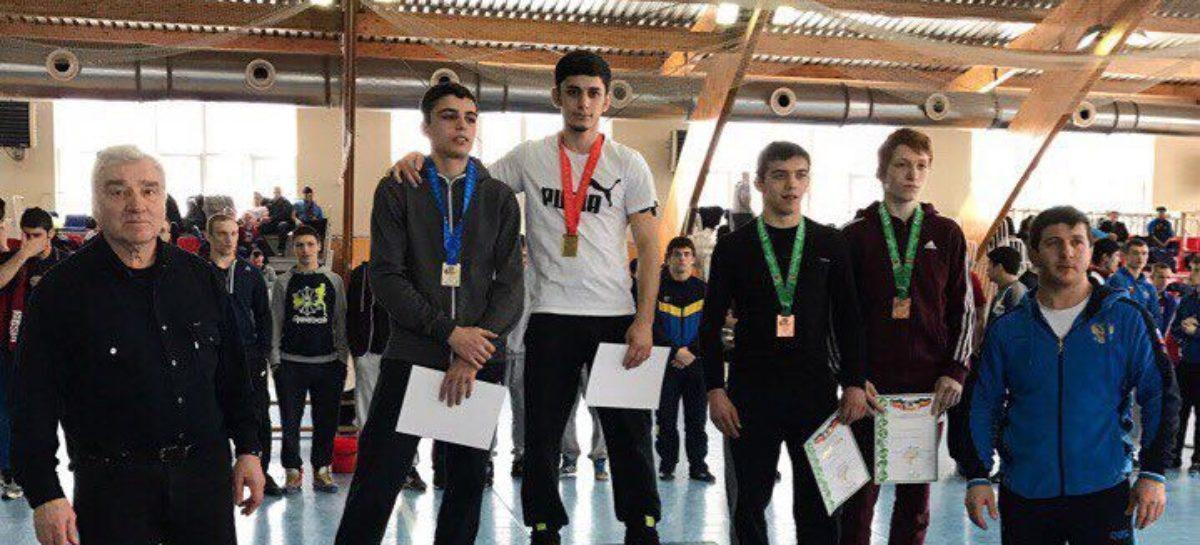 Борец Сальского района добыл путевку на первенство России