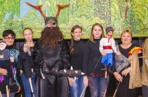 Артисты народного кукольного театра создают сказку своими руками