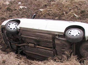 Автомобиль с жителями Калмыкии перевернулся в Сальском районе