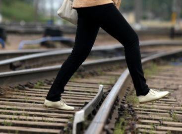 В Сальске на железнодорожном переходе цистерной сбило женщину