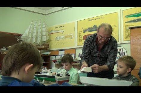 Педагог Геннадий Рыбас учит юных сальчан судомоделированию
