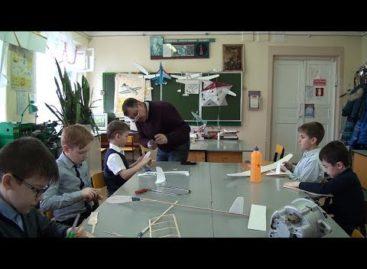 Сергей Ульянов знакомит сальских школьников с авиамоделированием