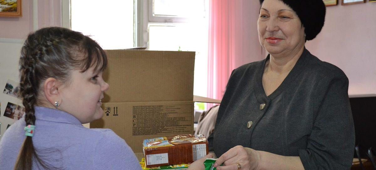 Дети-инвалиды и многодетные семьи Сальского района получили сладкие подарки