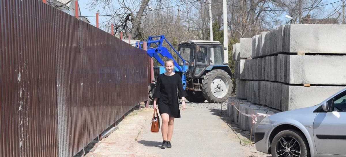 Родители учеников гимназии №2 просят постелить дополнительный тротуар дальше от стройки