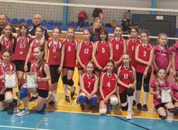 Сальские волейболистки взяли «бронзу» межрайонного турнира