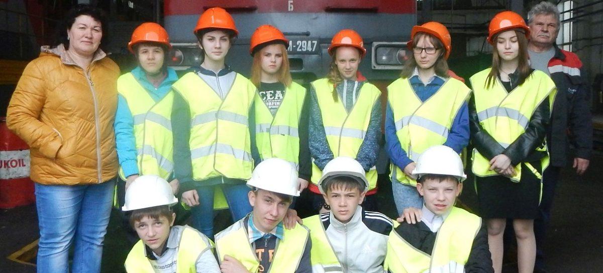 Ребята из сальского приюта побывали на экскурсии в депо